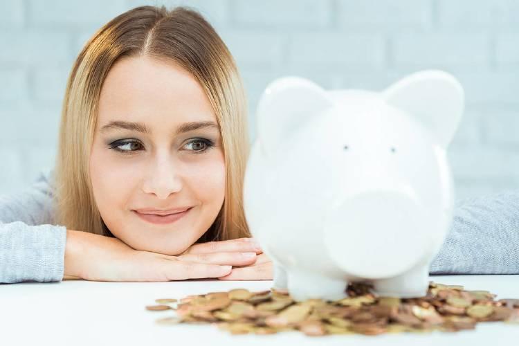 chica-ahorradora-mirando-dinero-inversión-alternativa