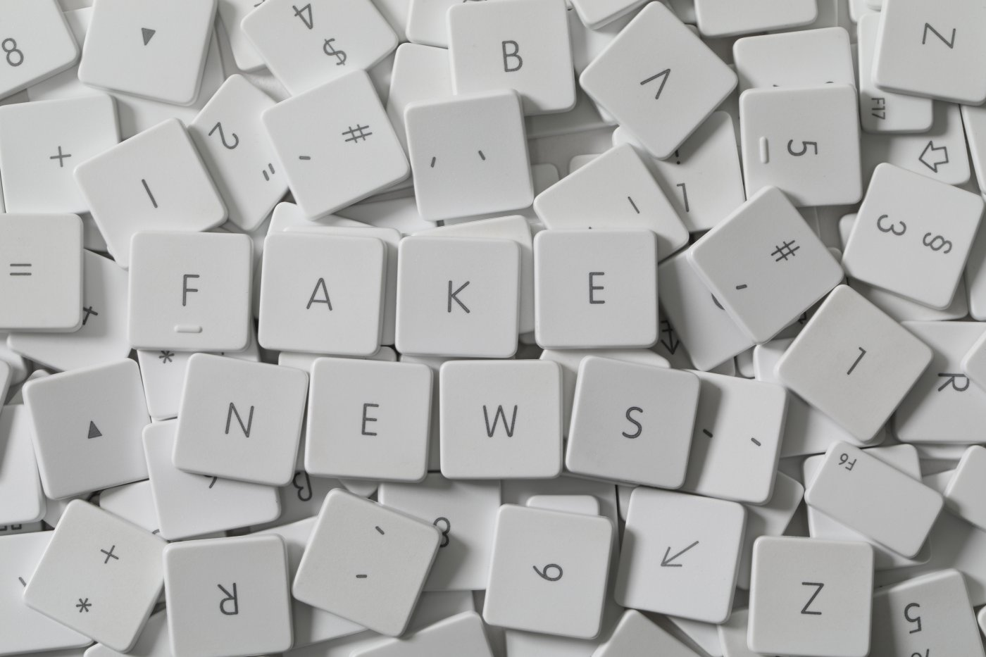 letras-teclado-fake-news
