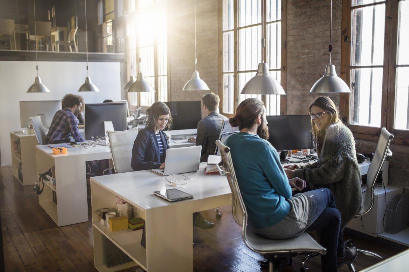 empleados-trabajando-oficina-empresa