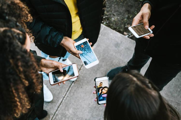 tendencias-millennials-centennials-inversión-jovenes-movil.