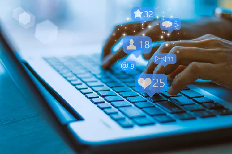 ordenador-empresario-redes-sociales