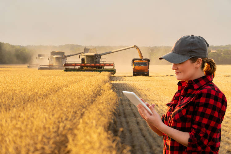 chica-tablet-agrotech-tecnologia-agricultura-produccion-alimentos