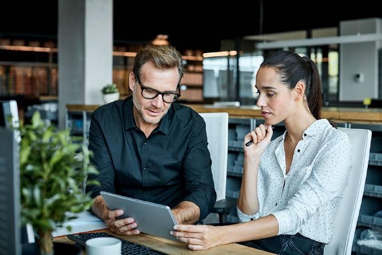 empresarios-tablet-aplicaciones-pymes
