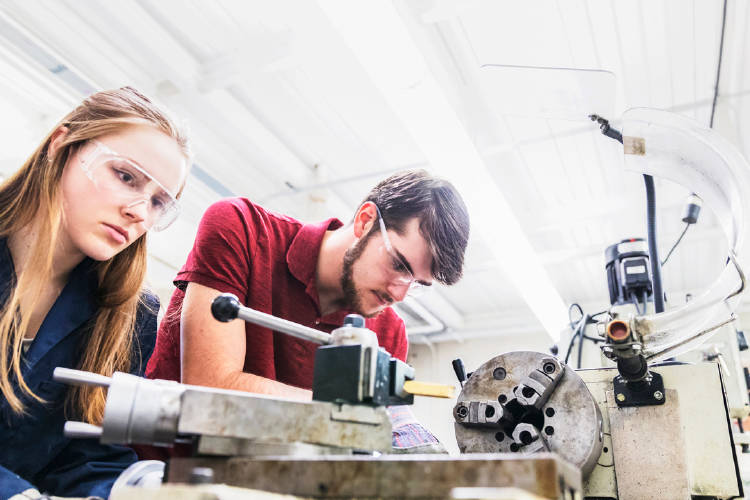 Por qué las empresas demandan más jóvenes con Formación Profesional