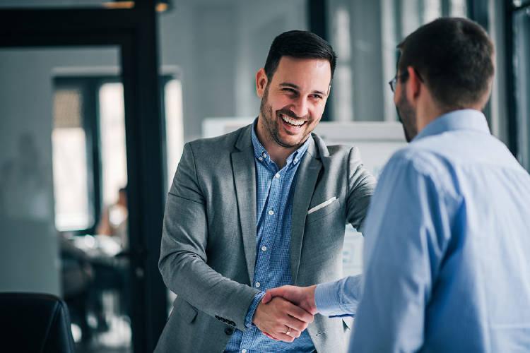 empresario-empleado-acuerdo-salario