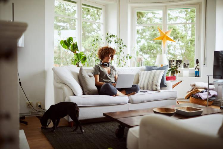 Mujer-en-casa-trabajando