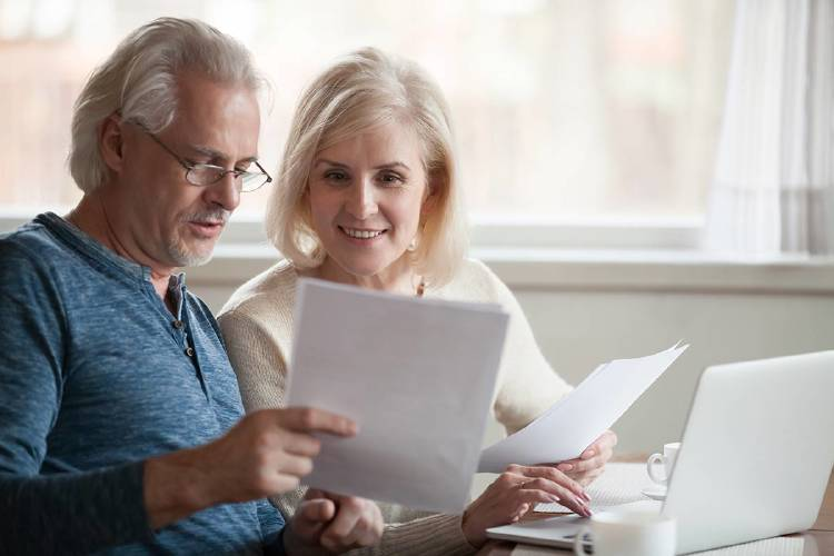 hombre-mujer-pareja-factura-pension-ahorro