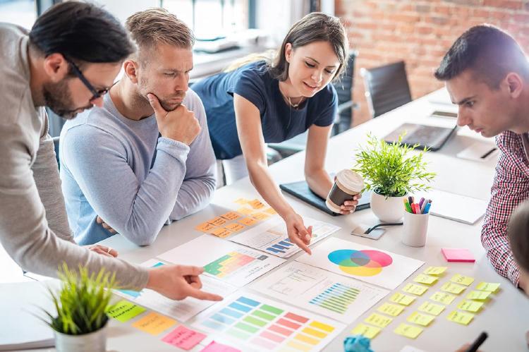 Jóvenes-empresarios-creativos-que-se-reúnen-en-la-oficina