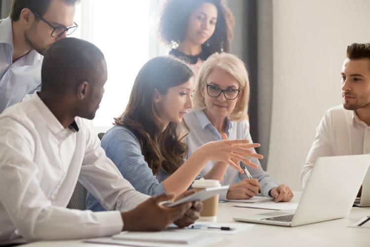 grupo-gente-personas-usando-internet-oficina