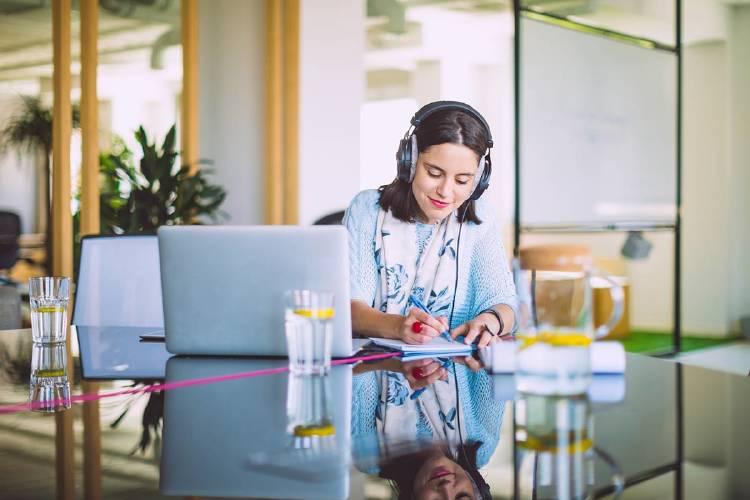 Mujer-escuchando-audio-podcast-producto-empresa