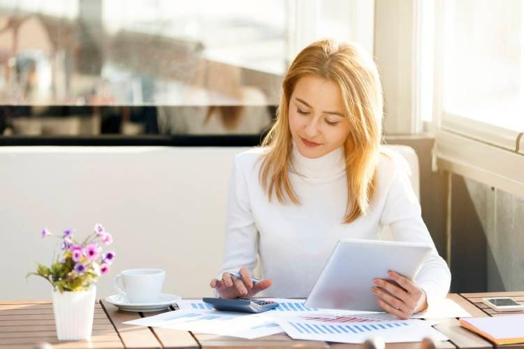 mujer-empresa-ahorro-periódico