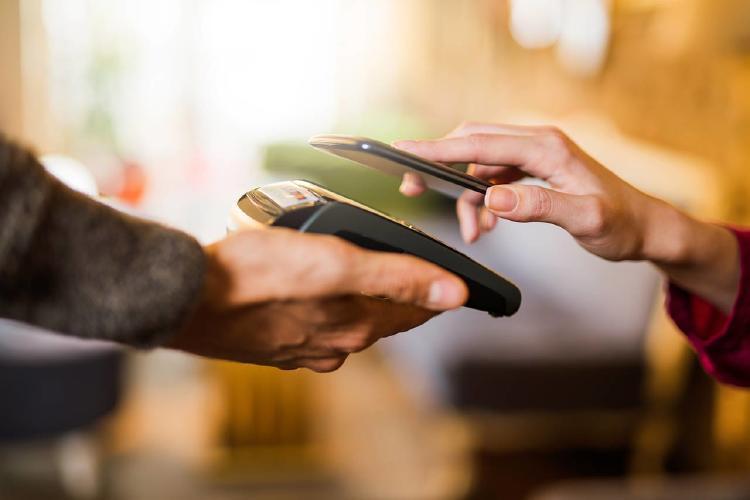 Pago-sin-contacto-usando-un-teléfono-inteligente-de-cerca