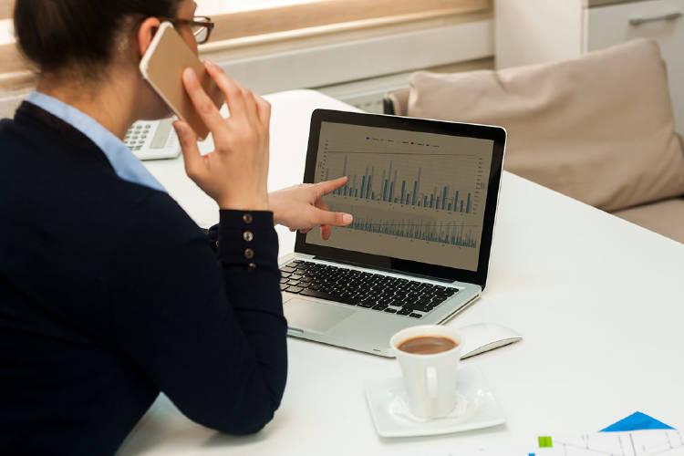 inventir-bolsa-empresarios-yoigo-negocios-mujer-ordenador