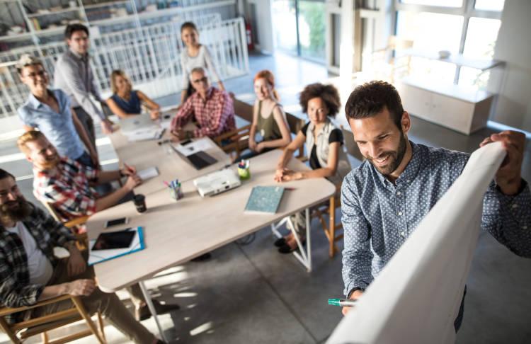 tendencias-laborales-equipo-personas-trabajando-oficina