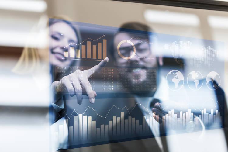 mujer-y-hombre-negocios-empresarios-realizando-inversión-acciones