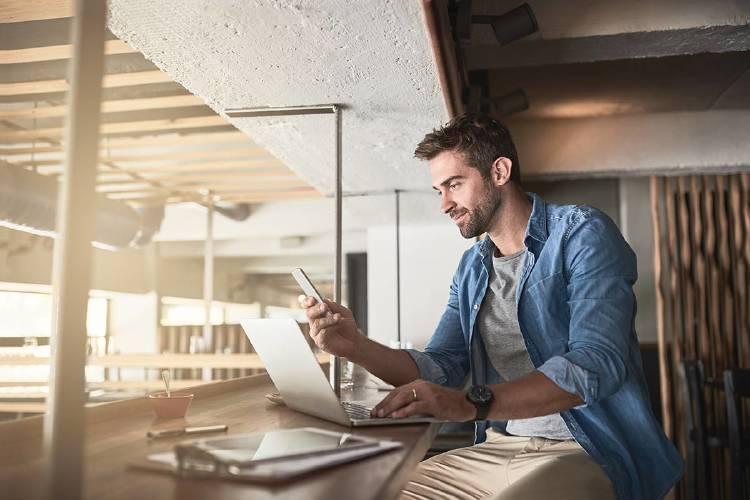 chico-empleado-oficina-tablet-herramientas