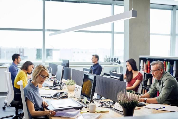 oficina-con-empleados-nuevas-tecnologia