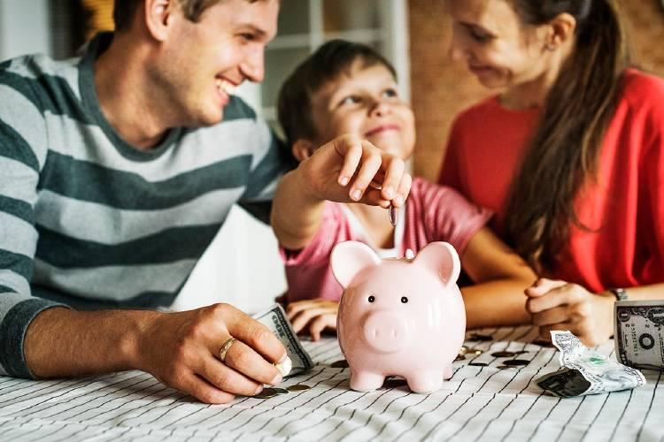 familia-ahorrando-pensión-invertir