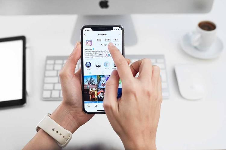 instagram-empresas-manos-usando-red-social
