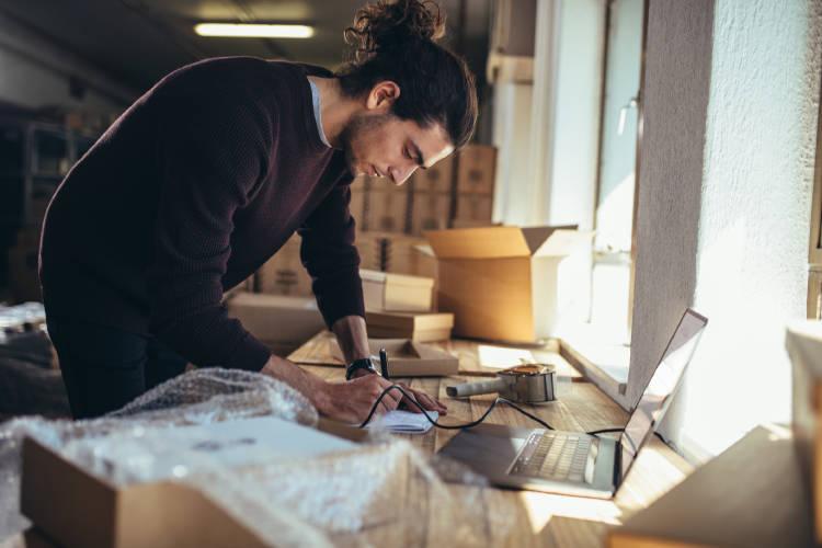tendencias-ecommerce-emprendedor-trabajando-tienda-online