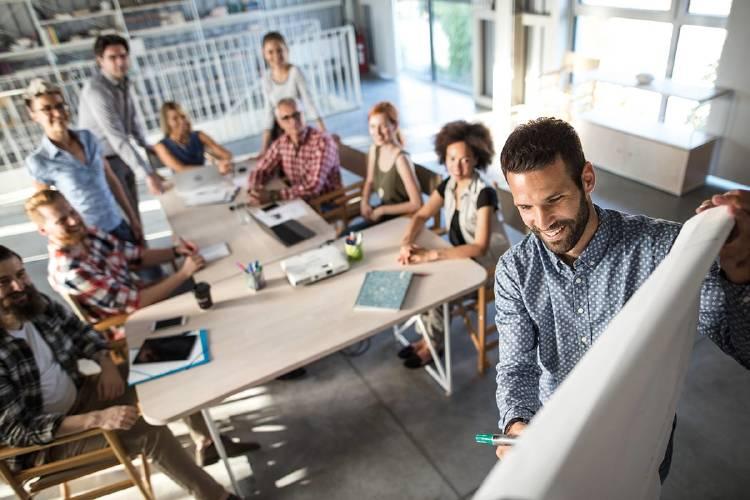 trabajo-equipo-reunion-negocios-empleados