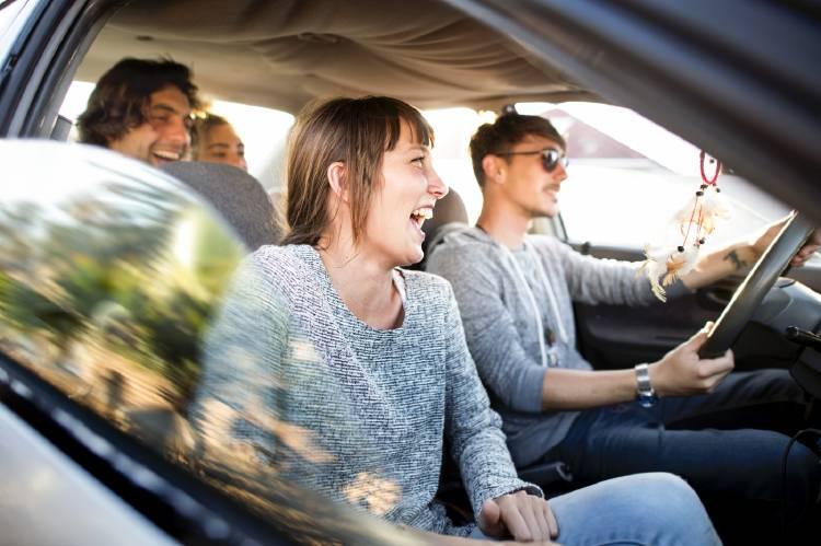 personas-compartir-coche-economia-colaborativa