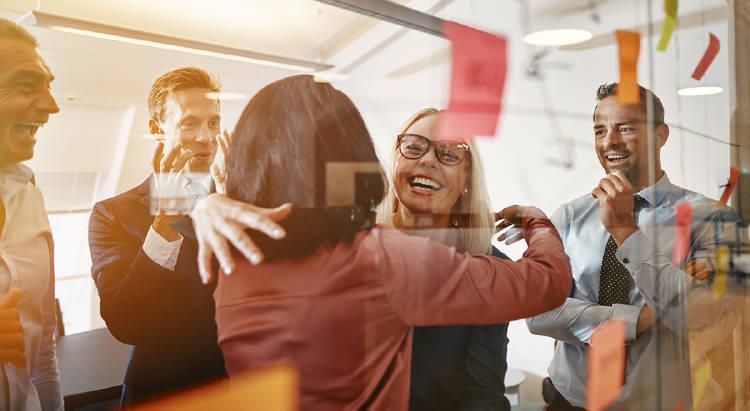 empleados-felices-empresa-negocio-salario