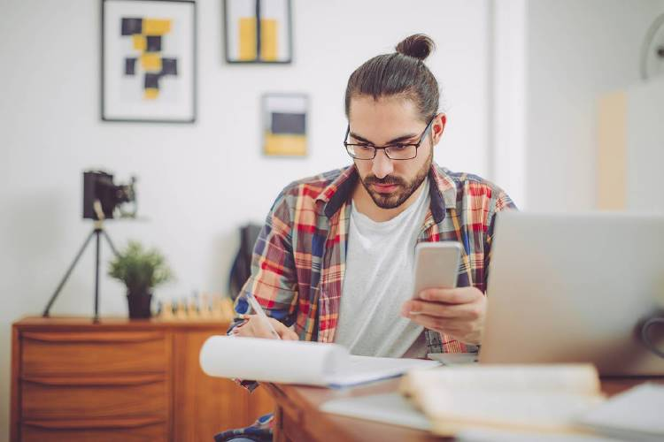 chico-millennial-haciendo-transacciones-fintech