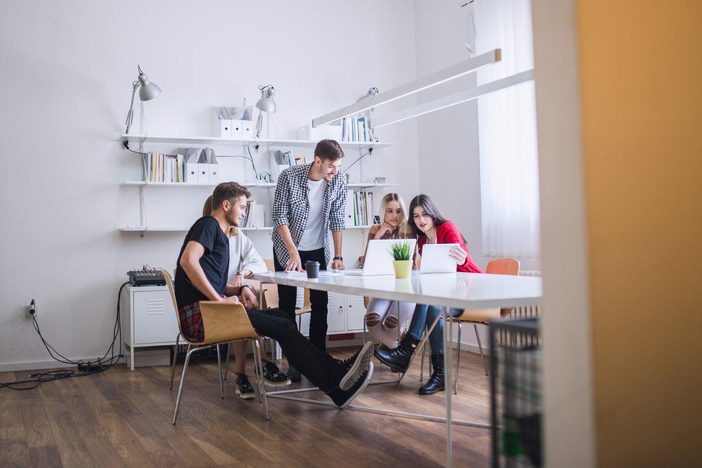 Empleados trabajando en experiencia de cliente