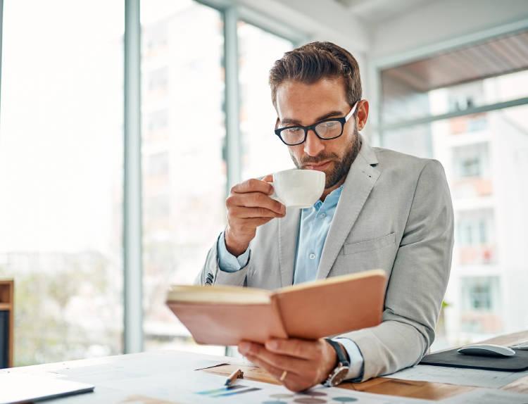 hombre-emprendedor-leyendo-libro