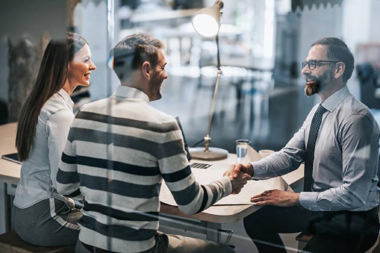 personas-haciendo-negocios-externalizar-servicios-empresa