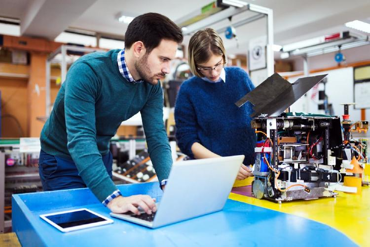 Jóvenes estudiantes de robotica en proyecto
