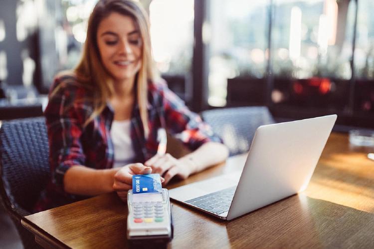 Mujer-paga-con-tarjeta-sin-contacto