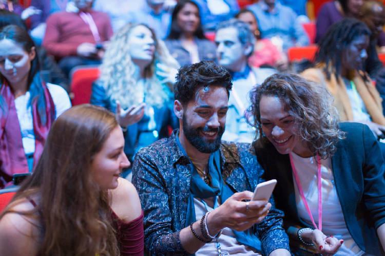 empresarios-convencion-evento-movil-redes-sociales