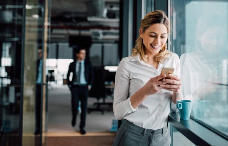 mujer-empresaria-utilizando-dispositivo-movil-oficina