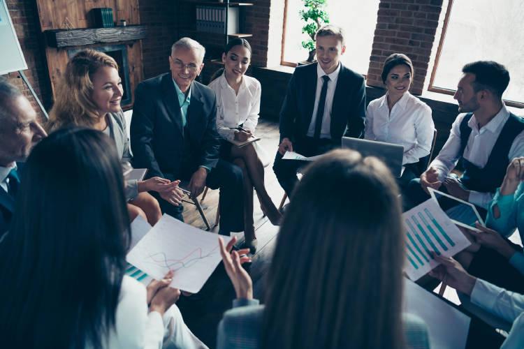 reunión-negocios-empresarios-realizando-inversión-acciones