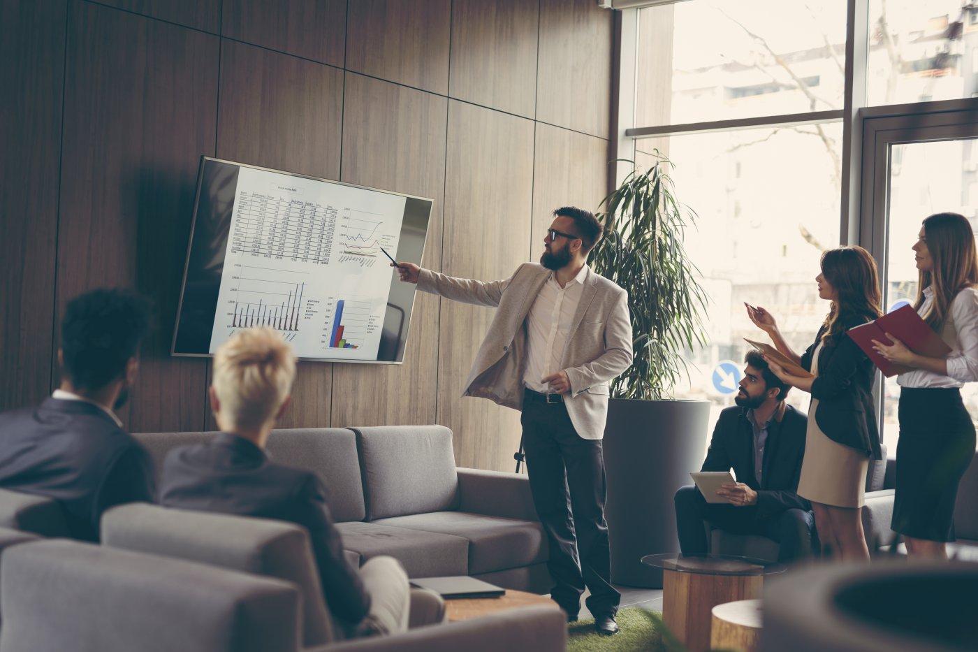 Empresarios-observando-datos-euribor