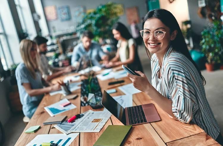 mujer-trabajando-movil-empresa-tecnologia