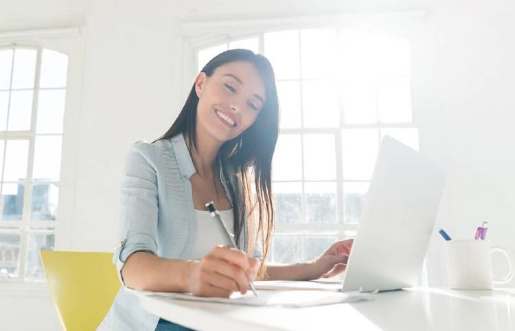 mujer-empresario-ahorrar-factura-luz