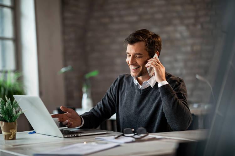 hombre-empresario-utilizando-dispositivo-movil-oficina