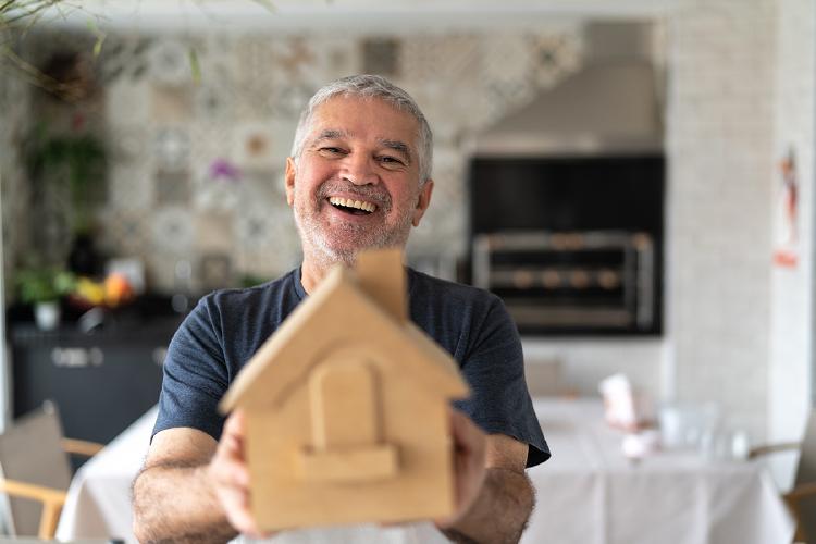 hombre-hucha-ahorrar-pension