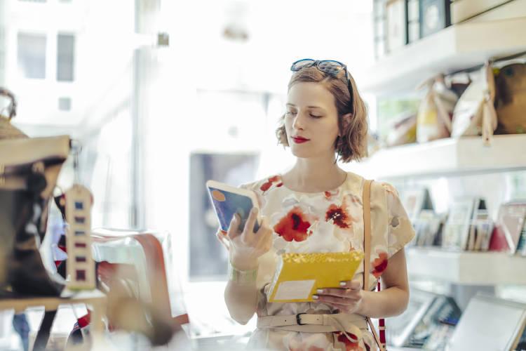 mujer-emprendedora-leyendo-libro