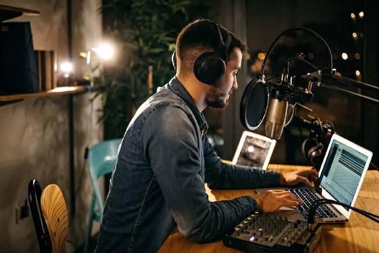 Hombre-grabando-podcast-audio-vender-para-empresa