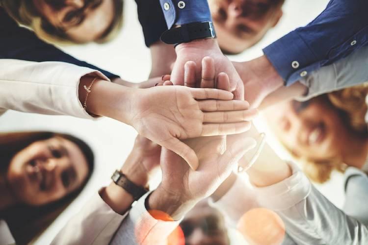 trabajo-equipo-yoigo-negocios-manos-unidas