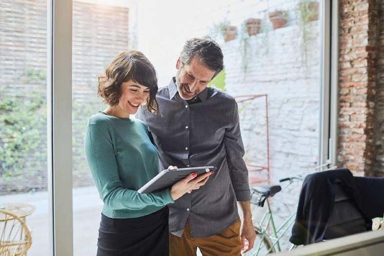 compañeros-trabajo-oficina-tablet-herramientas